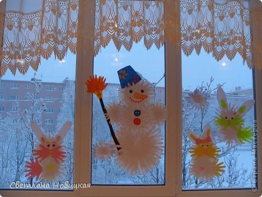 """Этого Снеговика, снежинки и деревья собрали из остатков ладошек с первого занятия """"разноцветных приключений"""". фото 4"""