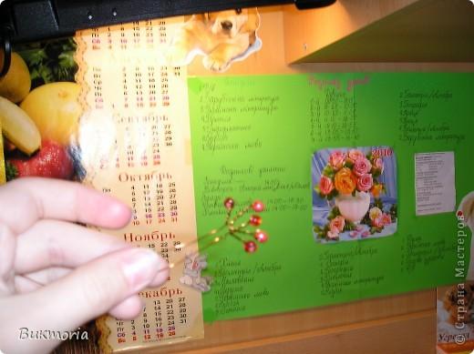 """Для этой работы вам понадобится: - 3 метра зелёного """"дождика""""(я брала 1,5м """"дождика"""" одного оттенка и 1,5м другого оттенка) - красный крупный бисер(я брала 3 оттенка, что б выглядело более натурально) - проволока: толстая и тонкая - 3 листа А4 - фольга - 1 зубочистка - золотая ленточка - стаканчик - половинка от яйца киндер-сюрприз   фото 8"""