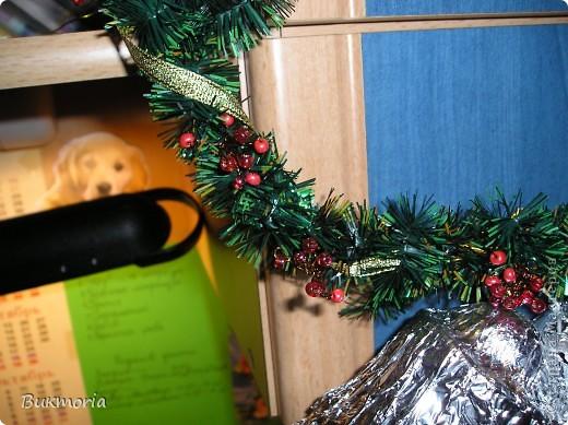 """Для этой работы вам понадобится: - 3 метра зелёного """"дождика""""(я брала 1,5м """"дождика"""" одного оттенка и 1,5м другого оттенка) - красный крупный бисер(я брала 3 оттенка, что б выглядело более натурально) - проволока: толстая и тонкая - 3 листа А4 - фольга - 1 зубочистка - золотая ленточка - стаканчик - половинка от яйца киндер-сюрприз   фото 9"""