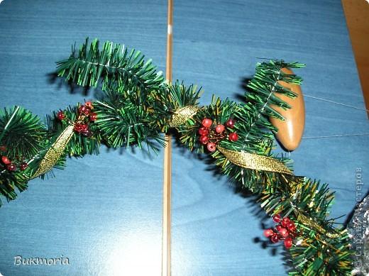"""Для этой работы вам понадобится: - 3 метра зелёного """"дождика""""(я брала 1,5м """"дождика"""" одного оттенка и 1,5м другого оттенка) - красный крупный бисер(я брала 3 оттенка, что б выглядело более натурально) - проволока: толстая и тонкая - 3 листа А4 - фольга - 1 зубочистка - золотая ленточка - стаканчик - половинка от яйца киндер-сюрприз   фото 5"""