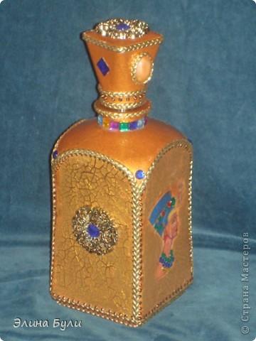 В декоре этой бутылки были использованы: декупажная карта на рисовой бумаге,акриловая золотая краска,фацетный лак золотого цвета,декор: шнур,стразы,декоративные элементы фото 1