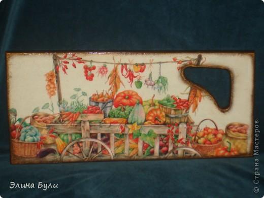 """Кухонная досточка """"Осенний урожай"""". Использованы салфетка, деревянная доска,ПВА,стекловидный лак фото 1"""