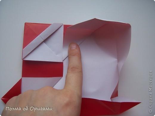 Автор выразительной модели Санты – Сано Сакаи из Японии. Я дополнила эту фигурку сложенной салфеткой и красным носом. В этом случае, персонаж стал чуть больше походить на нашего Деда Мороза. Для модели Деда Мороза и моделей оленей использованы  квадраты одинаковой величины. А вот для коробочек понадобятся квадраты ¼ от такого же размера. фото 24