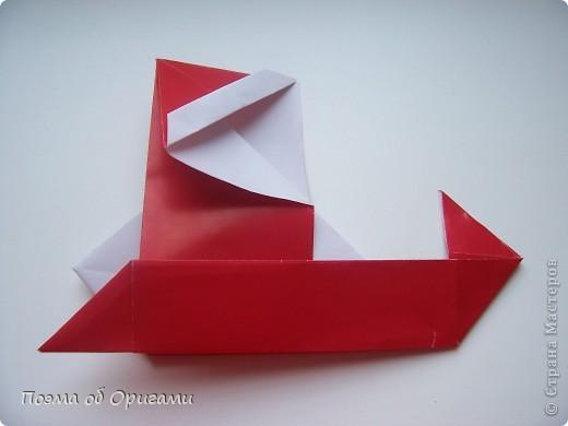 Автор выразительной модели Санты – Сано Сакаи из Японии. Я дополнила эту фигурку сложенной салфеткой и красным носом. В этом случае, персонаж стал чуть больше походить на нашего Деда Мороза. Для модели Деда Мороза и моделей оленей использованы  квадраты одинаковой величины. А вот для коробочек понадобятся квадраты ¼ от такого же размера. фото 27