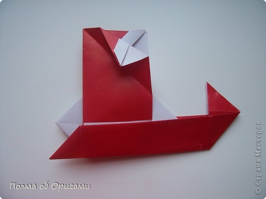 Автор выразительной модели Санты – Сано Сакаи из Японии. Я дополнила эту фигурку сложенной салфеткой и красным носом. В этом случае, персонаж стал чуть больше походить на нашего Деда Мороза. Для модели Деда Мороза и моделей оленей использованы  квадраты одинаковой величины. А вот для коробочек понадобятся квадраты ¼ от такого же размера. фото 28