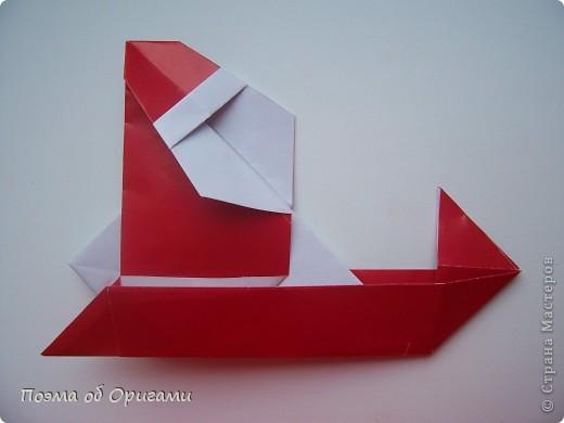 Автор выразительной модели Санты – Сано Сакаи из Японии. Я дополнила эту фигурку сложенной салфеткой и красным носом. В этом случае, персонаж стал чуть больше походить на нашего Деда Мороза. Для модели Деда Мороза и моделей оленей использованы  квадраты одинаковой величины. А вот для коробочек понадобятся квадраты ¼ от такого же размера. фото 29