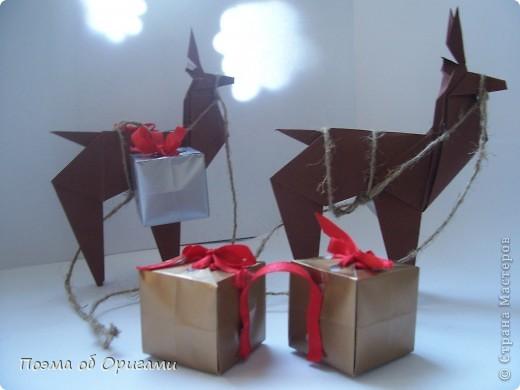 Автор выразительной модели Санты – Сано Сакаи из Японии. Я дополнила эту фигурку сложенной салфеткой и красным носом. В этом случае, персонаж стал чуть больше походить на нашего Деда Мороза. Для модели Деда Мороза и моделей оленей использованы  квадраты одинаковой величины. А вот для коробочек понадобятся квадраты ¼ от такого же размера. фото 2