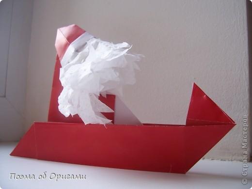 Автор выразительной модели Санты – Сано Сакаи из Японии. Я дополнила эту фигурку сложенной салфеткой и красным носом. В этом случае, персонаж стал чуть больше походить на нашего Деда Мороза. Для модели Деда Мороза и моделей оленей использованы  квадраты одинаковой величины. А вот для коробочек понадобятся квадраты ¼ от такого же размера. фото 31