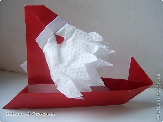 Автор выразительной модели Санты – Сано Сакаи из Японии. Я дополнила эту фигурку сложенной салфеткой и красным носом. В этом случае, персонаж стал чуть больше походить на нашего Деда Мороза. Для модели Деда Мороза и моделей оленей использованы  квадраты одинаковой величины. А вот для коробочек понадобятся квадраты ¼ от такого же размера. фото 32