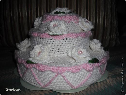 торт состоит из 3 ярусов, сшитых друг с другом. сначала я обвязала каждый круг, пришила вязаные ленточки по бокам фото 1
