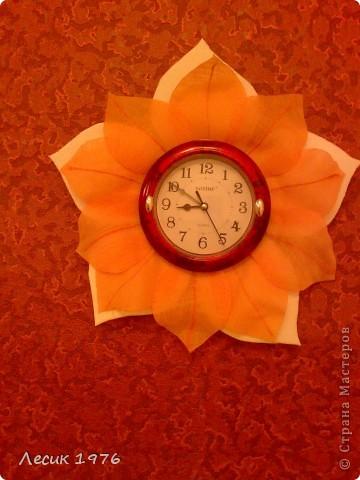 Предлагаю вам идею,как украсить простые часы.Я взяла потолочную плитку,нарисовала на ней овал своих часиков,это серцевина.Потом нарисовала лепестки.всё вырезала по контуру.В отверстие одела часы,сверху приклеила лепестки из ткани.Лепестки вырезала вужигателем по дереву.Получилось солнышко.