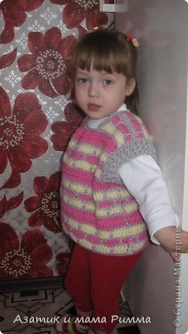 Вязаная безрукавка для дочурки. фото 1