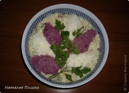 """Салат """"Сирень"""": Основой может быть любой салат. Белые соцветия """"сирени"""" выкладываем из натертого на крупной терке яичного белка, сиреневые соцветия – из натертого яичного белка, окрашенного соком свеклы (цвет получится именно сиреневый). И украшаем веточками зелени.  фото 1"""