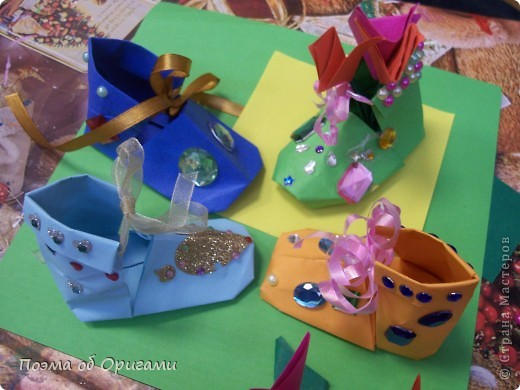 В некоторых странах есть традиция дарить пинетки новорожденным. Даже если в семье за последнее время не происходило пополнения, вот такой оригами-башмачок с оригами-цветами станет красивым украшением для интерьера.  фото 27