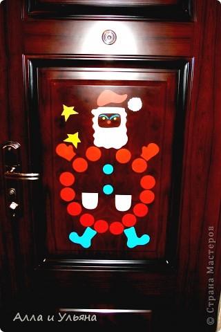 Вот такой Дед Мороз теперь провожает и встречает нас прямо на входной двери! ) Вырезал его мой муж из обычной самоклеющейся бумаги.
