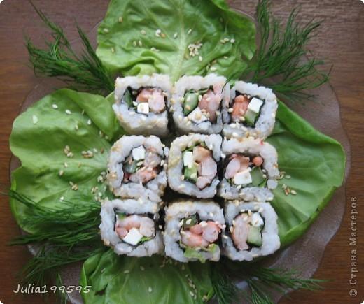 Ролл из: - риса - креветок - авокадо - огурца - фитаксы - кунжута - нори - майонеза, васаби, имбиря. фото 1