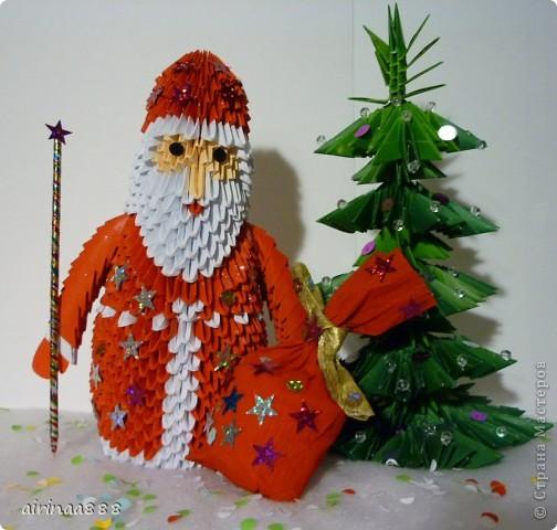 Дед Мороз с подарками под елкой фото 1