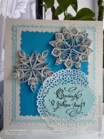 Это моя первая открыточка на Новый год! Посоветуйте, что еще можно и нужно добавить, или не стоит а то будет пребор! Я думала бантик в пустое место чуть выше снежинок. фото 1