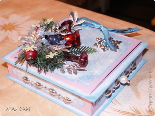 Доброго всем времени суток! И снова здравствуйте! Выставляю на ваш суд коробочки новогодние для денег. Первый вариант делала на заказ для сотрудницы. Итак, общий вид... фото 2