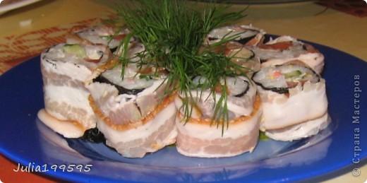 Ролл из: - риса - креветок - авокадо - огурца - фитаксы - кунжута - нори - майонеза, васаби, имбиря. фото 2
