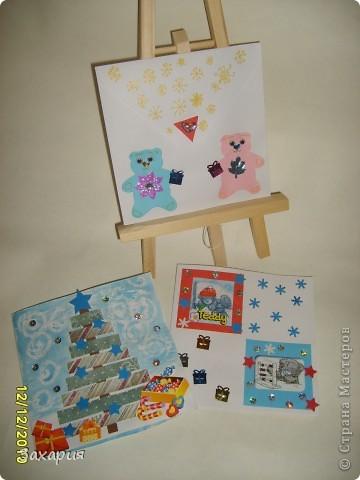 """Это был набор для детского творчества """"Открытки, прояви фантазию"""". Там были всякие квадратики, мишки, глазки, пайетки...в общем еще много чего осталось, это была проба пера...... Полина сделала открытку и конвертик с мишками, а из остатков скрап-бумаги елку..."""