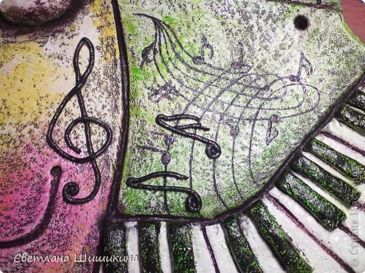 """Ещё один подарок к Новому году для музыкального работника. Наверху у рыбки миниатюрные ноты песни """"Мани, мани, мани"""" группы АББА. Стоят на специальной подставочке для нот. Правда зрачки глаз ещё не досохли, пока они выглядят беловатыми, но когда высохнут, то будут тёмными с блёстками. фото 2"""