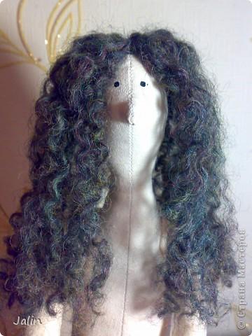 Когда я начала шить кукол, в какой-то момент передо мной встал вопрос: как быстро сделать красивые, роскошные кудряшки. Перепробовала множество способов и остановилась на этом. Может быть, кому-то пригодится мой мини-мк) Предупреждаю, здесь речь пойдет только о том, как сделать сами волосы, а не прически ) Для этого способа понадобится элементарное владение спицами фото 13