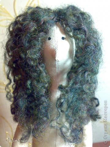 Когда я начала шить кукол, в какой-то момент передо мной встал вопрос: как быстро сделать красивые, роскошные кудряшки. Перепробовала множество способов и остановилась на этом. Может быть, кому-то пригодится мой мини-мк) Предупреждаю, здесь речь пойдет только о том, как сделать сами волосы, а не прически ) Для этого способа понадобится элементарное владение спицами фото 14