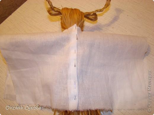Для куклы необходимо: - 2 кисти малярных для побелки (можно купить в строительных магазинах, цена 15 руб.) Одна кисть идёт на голову вместе с туловищем, а вторая для рук, рожек и ушек. - нитки - иголка - ткань белая для рубахи (можно взять любого цвета) - ткань цветная для юбки-сарафана - ленты, тесьма - колокольчики, и т.д.  фото 16