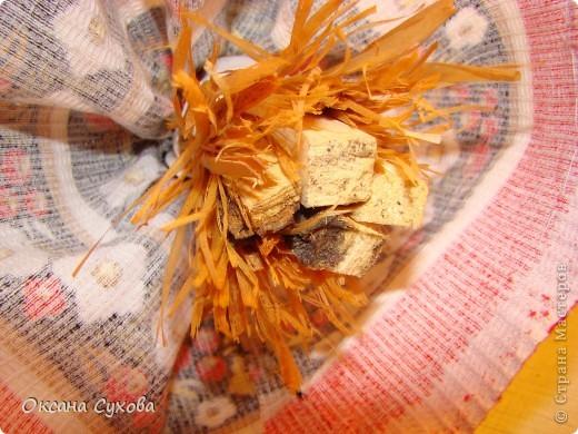 Для куклы необходимо: - 2 кисти малярных для побелки (можно купить в строительных магазинах, цена 15 руб.) Одна кисть идёт на голову вместе с туловищем, а вторая для рук, рожек и ушек. - нитки - иголка - ткань белая для рубахи (можно взять любого цвета) - ткань цветная для юбки-сарафана - ленты, тесьма - колокольчики, и т.д.  фото 13