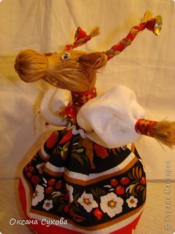Для куклы необходимо: - 2 кисти малярных для побелки (можно купить в строительных магазинах, цена 15 руб.) Одна кисть идёт на голову вместе с туловищем, а вторая для рук, рожек и ушек. - нитки - иголка - ткань белая для рубахи (можно взять любого цвета) - ткань цветная для юбки-сарафана - ленты, тесьма - колокольчики, и т.д.  фото 1