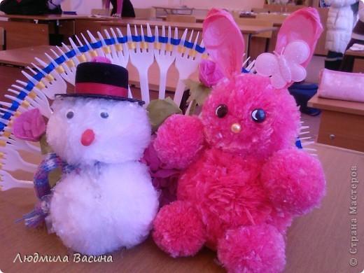 Подготовка к Новому году в разгаре. Ребята из помпонов, сделанных из полиэтиленовых пакетов и мешков для мусора, накатали снеговиков и кроликов. фото 1