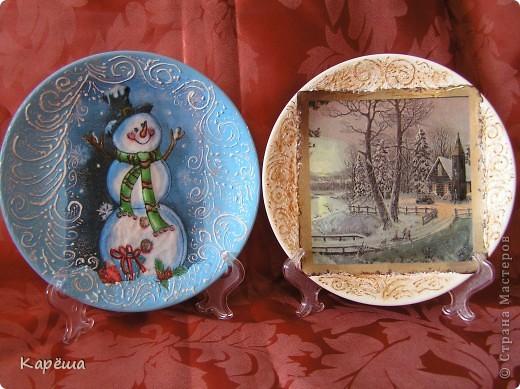"""Всем здравствуйте!  Еще немного моих новогодних тарелочек (думаю последних). """"Снеговик"""" и """"Пейзаж"""" - прямой декупаж Где-то в инете увидела морозные узоры, нарисованные фростом. Такой штуки у меня нет (девочки, подскажите, если знаете!), поэтому пришлось выкручиваться. На тарелочке со снеговиком узор нарисован 3D эффектом снега, контурами и посыпан глиттерами, сам снеговик объемный с помощью силиконового герметика (белого)+3D гель(хорошая штука). На тарелочке с пейзажем узоры нарисовала 3D гелем, а потом по нему сверху контуром + глиттеры и тоже 3D гель. фото 1"""