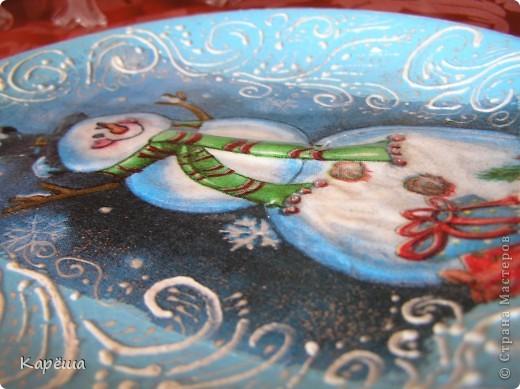 """Всем здравствуйте!  Еще немного моих новогодних тарелочек (думаю последних). """"Снеговик"""" и """"Пейзаж"""" - прямой декупаж Где-то в инете увидела морозные узоры, нарисованные фростом. Такой штуки у меня нет (девочки, подскажите, если знаете!), поэтому пришлось выкручиваться. На тарелочке со снеговиком узор нарисован 3D эффектом снега, контурами и посыпан глиттерами, сам снеговик объемный с помощью силиконового герметика (белого)+3D гель(хорошая штука). На тарелочке с пейзажем узоры нарисовала 3D гелем, а потом по нему сверху контуром + глиттеры и тоже 3D гель. фото 2"""