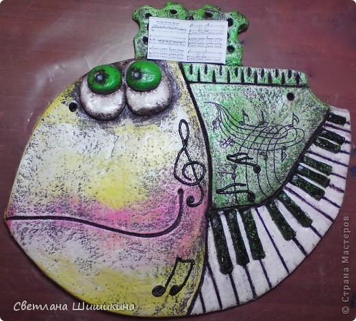 """Ещё один подарок к Новому году для музыкального работника. Наверху у рыбки миниатюрные ноты песни """"Мани, мани, мани"""" группы АББА. Стоят на специальной подставочке для нот. Правда зрачки глаз ещё не досохли, пока они выглядят беловатыми, но когда высохнут, то будут тёмными с блёстками. фото 3"""