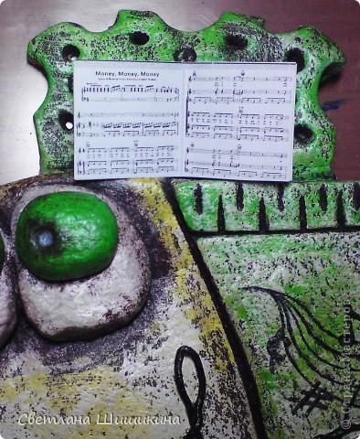 """Ещё один подарок к Новому году для музыкального работника. Наверху у рыбки миниатюрные ноты песни """"Мани, мани, мани"""" группы АББА. Стоят на специальной подставочке для нот. Правда зрачки глаз ещё не досохли, пока они выглядят беловатыми, но когда высохнут, то будут тёмными с блёстками. фото 4"""