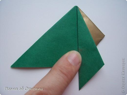 Эта очень эффектная рождественская звезда, состоящая из 8-ми лучей. Она сложена из 16-ти равных по величине квадратов: 8 зеленых и 8 золотых. Еще один, 9-ый золотой квадрат понадобиться для колокольчика, но он должен быть немного меньше по размеру фото 10