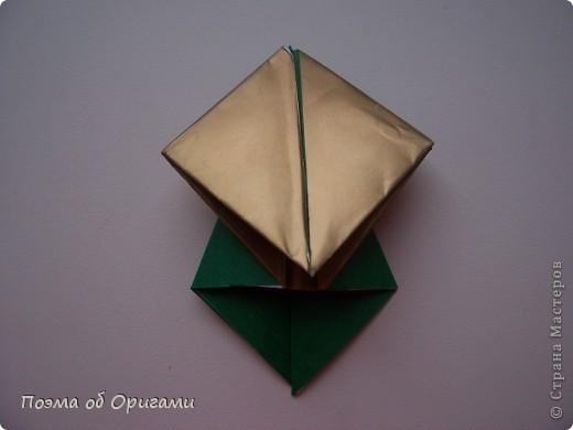 Эта очень эффектная рождественская звезда, состоящая из 8-ми лучей. Она сложена из 16-ти равных по величине квадратов: 8 зеленых и 8 золотых. Еще один, 9-ый золотой квадрат понадобиться для колокольчика, но он должен быть немного меньше по размеру фото 11