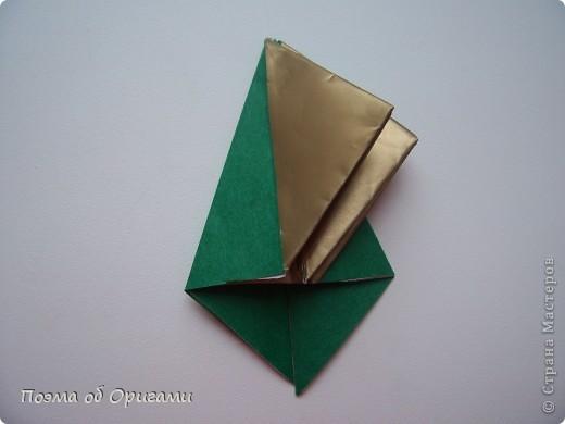 Эта очень эффектная рождественская звезда, состоящая из 8-ми лучей. Она сложена из 16-ти равных по величине квадратов: 8 зеленых и 8 золотых. Еще один, 9-ый золотой квадрат понадобиться для колокольчика, но он должен быть немного меньше по размеру фото 12