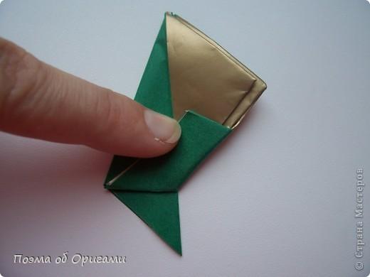 Эта очень эффектная рождественская звезда, состоящая из 8-ми лучей. Она сложена из 16-ти равных по величине квадратов: 8 зеленых и 8 золотых. Еще один, 9-ый золотой квадрат понадобиться для колокольчика, но он должен быть немного меньше по размеру фото 13