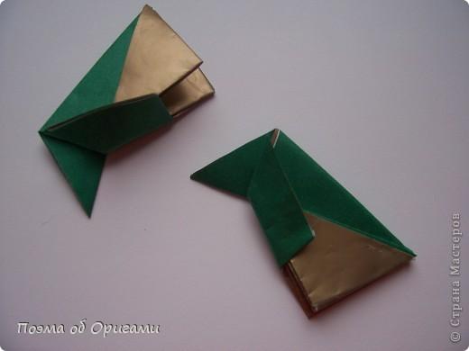 Эта очень эффектная рождественская звезда, состоящая из 8-ми лучей. Она сложена из 16-ти равных по величине квадратов: 8 зеленых и 8 золотых. Еще один, 9-ый золотой квадрат понадобиться для колокольчика, но он должен быть немного меньше по размеру фото 14