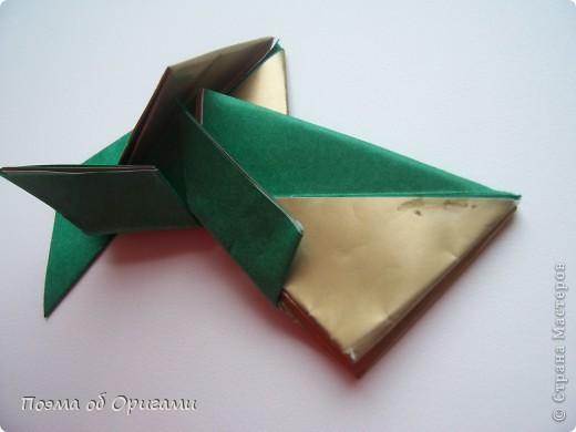 Эта очень эффектная рождественская звезда, состоящая из 8-ми лучей. Она сложена из 16-ти равных по величине квадратов: 8 зеленых и 8 золотых. Еще один, 9-ый золотой квадрат понадобиться для колокольчика, но он должен быть немного меньше по размеру фото 15
