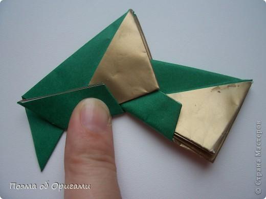 Эта очень эффектная рождественская звезда, состоящая из 8-ми лучей. Она сложена из 16-ти равных по величине квадратов: 8 зеленых и 8 золотых. Еще один, 9-ый золотой квадрат понадобиться для колокольчика, но он должен быть немного меньше по размеру фото 16