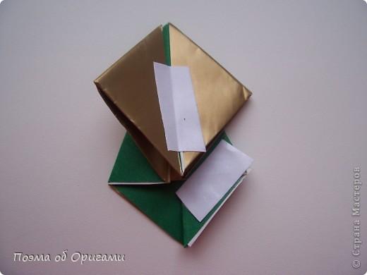 Эта очень эффектная рождественская звезда, состоящая из 8-ми лучей. Она сложена из 16-ти равных по величине квадратов: 8 зеленых и 8 золотых. Еще один, 9-ый золотой квадрат понадобиться для колокольчика, но он должен быть немного меньше по размеру фото 17