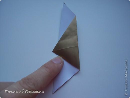 Эта очень эффектная рождественская звезда, состоящая из 8-ми лучей. Она сложена из 16-ти равных по величине квадратов: 8 зеленых и 8 золотых. Еще один, 9-ый золотой квадрат понадобиться для колокольчика, но он должен быть немного меньше по размеру фото 20
