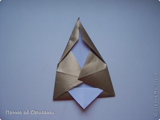 Эта очень эффектная рождественская звезда, состоящая из 8-ми лучей. Она сложена из 16-ти равных по величине квадратов: 8 зеленых и 8 золотых. Еще один, 9-ый золотой квадрат понадобиться для колокольчика, но он должен быть немного меньше по размеру фото 23