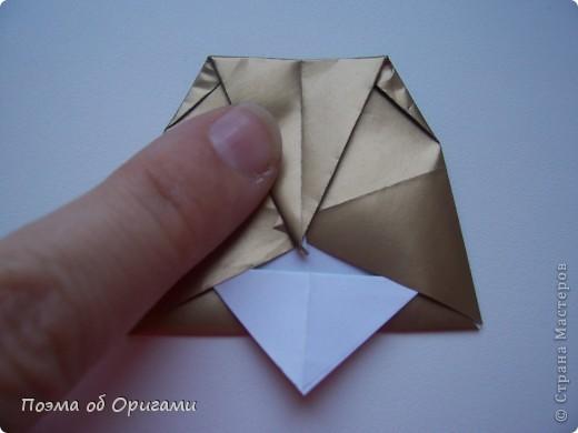 Эта очень эффектная рождественская звезда, состоящая из 8-ми лучей. Она сложена из 16-ти равных по величине квадратов: 8 зеленых и 8 золотых. Еще один, 9-ый золотой квадрат понадобиться для колокольчика, но он должен быть немного меньше по размеру фото 24