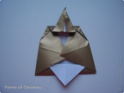 Эта очень эффектная рождественская звезда, состоящая из 8-ми лучей. Она сложена из 16-ти равных по величине квадратов: 8 зеленых и 8 золотых. Еще один, 9-ый золотой квадрат понадобиться для колокольчика, но он должен быть немного меньше по размеру фото 25