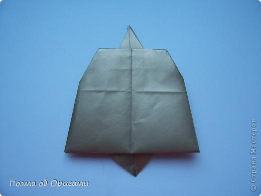 Эта очень эффектная рождественская звезда, состоящая из 8-ми лучей. Она сложена из 16-ти равных по величине квадратов: 8 зеленых и 8 золотых. Еще один, 9-ый золотой квадрат понадобиться для колокольчика, но он должен быть немного меньше по размеру фото 26