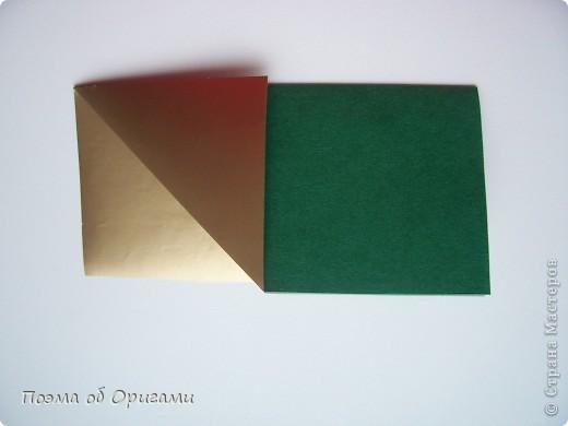 Эта очень эффектная рождественская звезда, состоящая из 8-ми лучей. Она сложена из 16-ти равных по величине квадратов: 8 зеленых и 8 золотых. Еще один, 9-ый золотой квадрат понадобиться для колокольчика, но он должен быть немного меньше по размеру фото 4